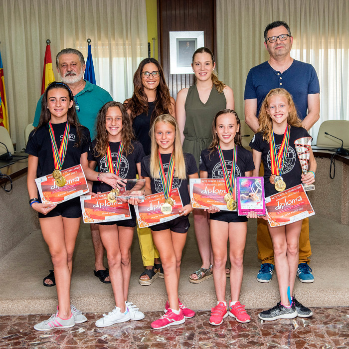 Sis gimnastes del CEGA Almussafes reben l'homenatge de l'Ajuntament