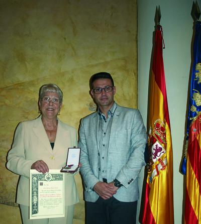 Lola Llopis condecorada pel ministre per la seua trajectòria