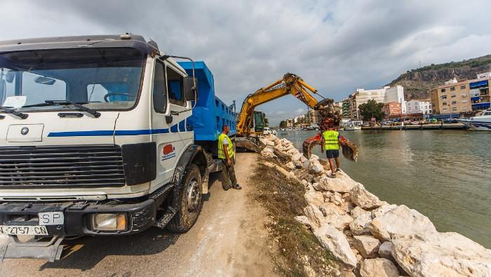"""Ports reforça l'escullera de protecció contra inundacions a Cullera i """"deixadesa"""" de la CHJ"""