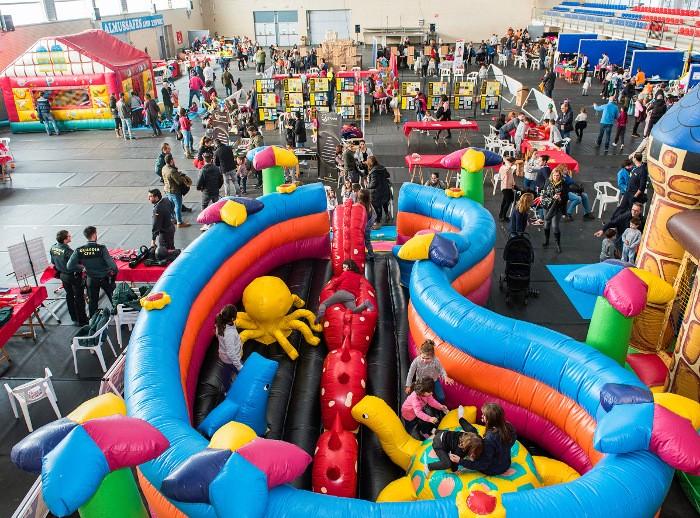 Centenars de famílies visiten l'Expojove d'Almussafes 'Miraquebe'