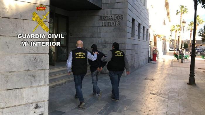 Detingut per atropellar repetides vegades amb el seu vehicle a una dona a Favara