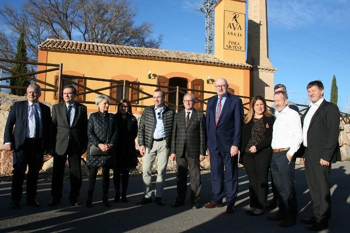 El comissari europeu d'Agricultura, Phil Hogan, visita la finca Sinyent