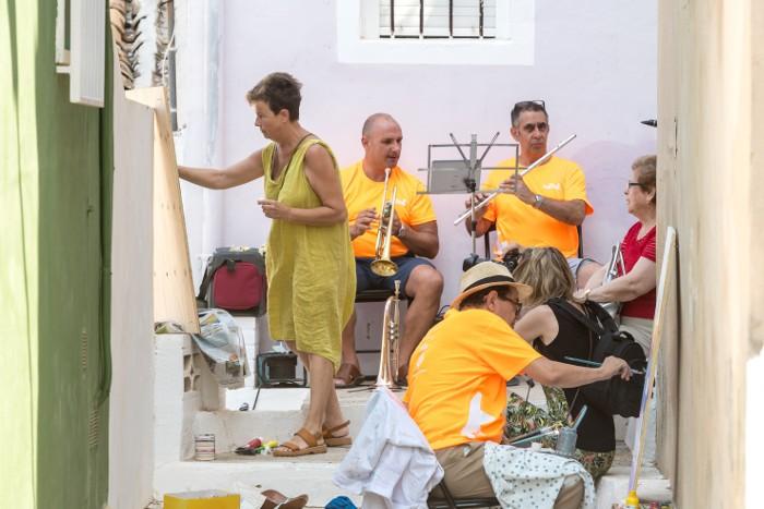 Artistes plàstics i músics prenen el barri del Pou de Cullera