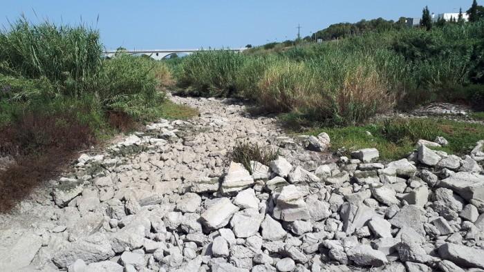 El riu Albaida no duu ni gota d'aigua des de la passada setmana al seu pas per Manuel