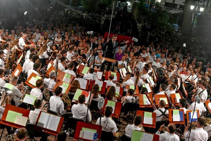La nit 'A tres bandes' tanca a Cullera els concerts de 2018