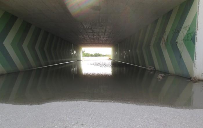 La solució provisional del pont de Fortaleny passa per un túnel que s'inunda cada dia que plou