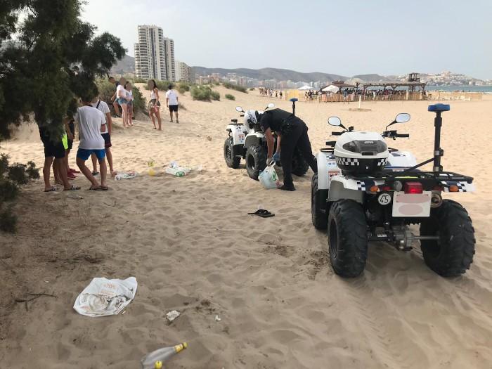 La Policia Local de Cullera actua contra el botelló en la zona de l'escollera
