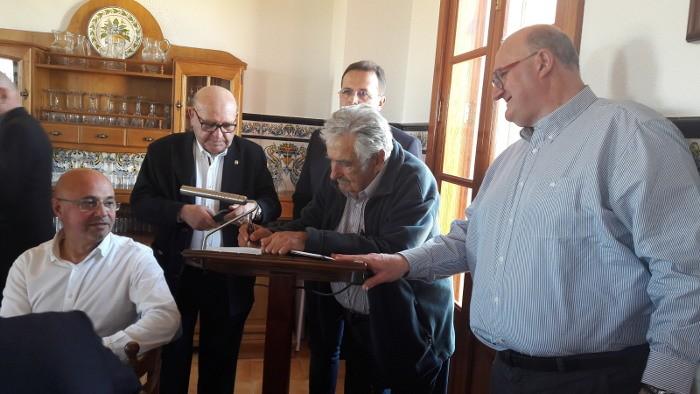 José Mújica passa per Sueca en el camí i hores abans de recollir el Premi Drets Humans