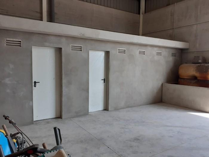 Els treballadors del pla d'ocupació d'Almussafes construeixen magatzems i instal·len graderies en el camp de futbol